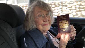 Diana Webster med sitt brittiska pass i handen