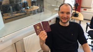 Sam KIngsley visar upp sitt nya finska pass
