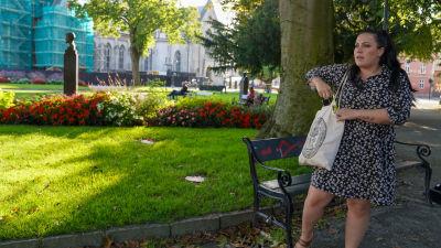 Kaisa Augusta Hansén-Suckow sätter ner sin telefon i väskan.
