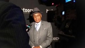 Hockespelaren Willie O'Ree intervjuas för TV.