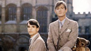 Kuvassa Charles Ryder (Jeremy Irons, vas.) ja Sebastian Flyte (Anthony Andrews).