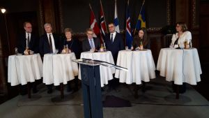 Nordiska ministrar samlade bakom en rad bord.