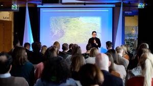 Anna Törnroos-Remes presenterar teamet Bivalvias förslag för att förbättra Östersjön.