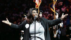 Aretha Franklin sjunger USA:s nationalsång i Michigan 2004.