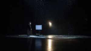 Vanha lääkäri Tšebutykin (Esko Salminen) tuijottaa tyhjänä hurisevaa televisioruutua pimeydessä, lumi sataa hänen ylleen.