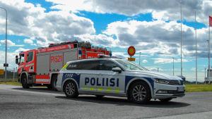 Polisbil och brandbil utanför Tammerfors-Birkala flygplats.