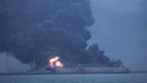 Oljetanker brinner på havet utanför Shanghai.