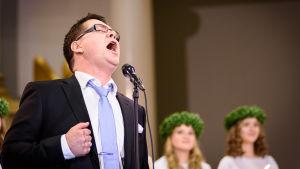 Geir Rönning sjunger passionerat under luciakröningen i Domkyrkan i Helsingfors.