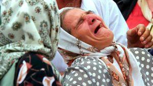 En bild från 11 juli 2000 visar en sörjande bosniakisk kvinna.