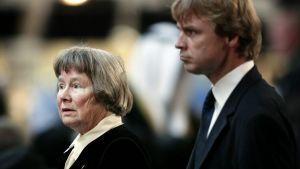 Lisbeth Palme tillsammans med sonen Joakim på utrikesminister Anna Lindhs begravning år 2003.