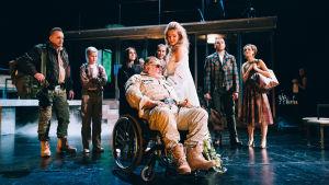 Foto från Macbeth på Nationalteatern. I mitten Esko Salminen och Katariina Kaitue som kung Duncan och Lady Macbeth.