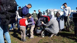 En grupp asylsökande i Torneå på väg att gå över gränsen från Finland till Sverige.