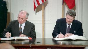 Michail Gorbatjov och Ronald Reagan undertecknade INF-avtalet år 1987, vilket sågs som ett symboliskt slut på kalla kriget mellan USA och Sovjetunionen