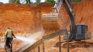 Kullankaivajat suihkuttavat vettä soraan kullan erottelemiseksi
