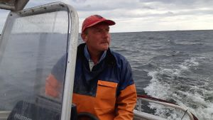 Fiskaren Mikael Lindholm ombord på sin båt