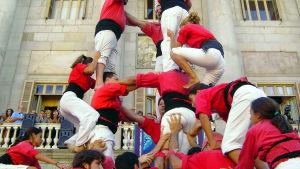 Katalonialainen ihmistorni rakentuu