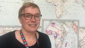 johanna wassholm framför en världskarta