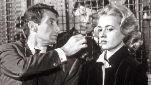 Jeanne Moreau (oik.) elokuvassa Hissillä mestauslavalle.