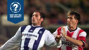 Två fotbollsspelare kämpar om bollen.