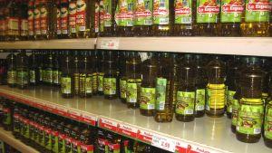 Oliiviöljypulloja hyllyssä