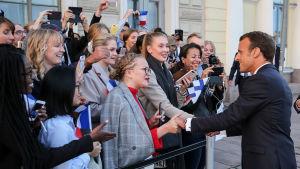 Frankrikes president Emmanuel Macron hälsar på tonåringar från fransk-finska skolan i Helsingfors.