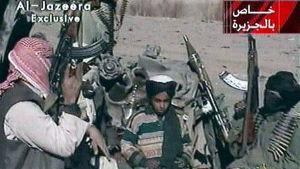 Hamza bin Ladin (i mitten) tillsammans med talibankrigare nära Ghazni, i östra Afghanistan, i november 2001.
