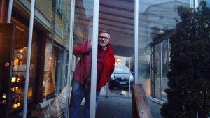 Kim Holmberg vid sitt café Carl de Mumma.