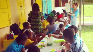 Barn som målar vattenfärger på ön Dominica.