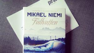 """Pärmbild av Mikael Niemis roman """"Fallvatten"""""""
