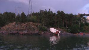 Motorbåt körde upp på land i Nådendal.