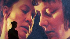 Milja Sarkolan käsikirjoittama ja ohjaama esitys Jotain toista on Q-Teatterin kevään 2015 kohunäytelmä