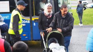 Familj kommer med buss från Sverige till Torneå