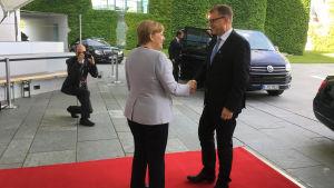 Statsminister Juha Sipilä och förbundskansler Angela Merkel skakar hand i Berlin.