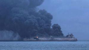 Oljetankern Sanchi brinner efter kollision med ett lastfartyg.