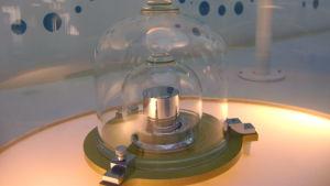 Bild på replika av kilogramprototypen under sina glaskupor