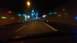 Nattkörning genom tunnel i Stockholm.