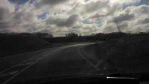 Bilkörning på landsväg på Jylland.