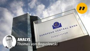 """Europeiska centralbankens huvudbyggnad i Frankfurt. På bilden en banner med texten """"Analys, Thomas von Boguslawski""""."""