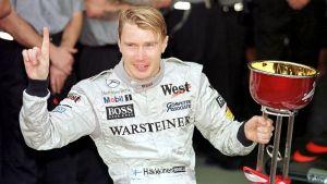 Mika Häkkinen med VM-pokalen 1998.