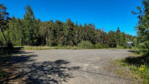 Ett tomt grusfält.