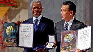 Kafi Annan och Han Seung-soo när de mottar Nobels fredspris.