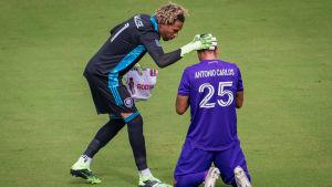 Målvakten Pedro Gallese klappar om lagkamraten Antonio Carlos.