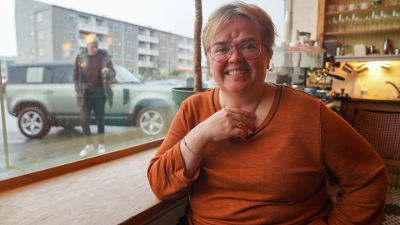 Silja Bara Omarsdottir ser in i kameran och ler.