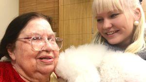 Summerin juontaja Maiju Pellikka kävi Vesalan yläkoululaisten kanssa eläintreffeillä läheisessä vanhusten palvelukeskuksessa