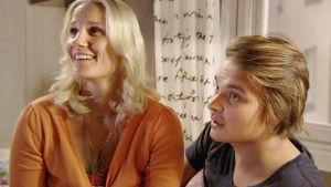 Tuija (Laura Malmivaara) ja Narsku (Roope Salminen)