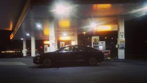Bil vid bensinmack.