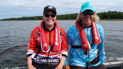 Porträtt av milla Linden och Mika Vornanen som sitter bredvid varandra på relingen till Vornanens båt.