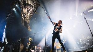 Norska bandet Kvelertaks sångare Ivar med en stor flagga på scenen på Tuska 2019.