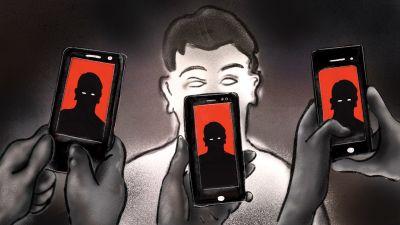 Tre personer står framför en person som som också syns i deras mobiler med röd brakgrund.