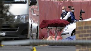 Den skjutne terrormisstänkte 18-åringen förs bort av medicinsk personal.